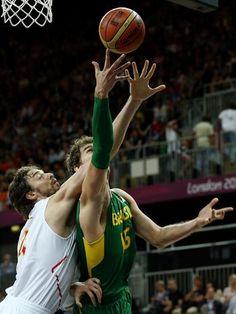 Pau Gasol, da Espanha, e Tiago Splitter, do Brasil, disputam rebote  Foto: Bruno Santos/Terra