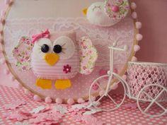 Deixe o quarto do seu bebê ainda mais fofo de alegria, com este bastidor corujinha e passarinho confeccionados com feltro e tecidinho da melhor qualidade. Colocamos o nome do seu bebê, e o tecidinho para combinar com a sua decoração, presente ideal para a futura mamãe. R$ 49,90