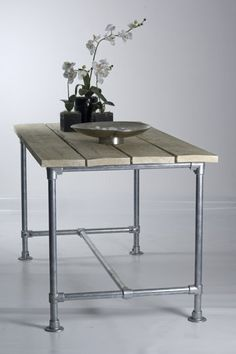 Deze tafels zijn grotendeels zelf samen te stellen en worden als bouwpakket aangeleverd. De steigerdelen worden los meegeleverd, incl. schroeven en het onderstel wordt als bouwpakket meegeleverd. U heeft verschillende mogelijkheden om de tafel samen te st