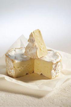Produit laitier le plus consommé devant le yaourt, le fromage est particulièrement apprécié par les Français : 62% d'entre eux en consomment quotidiennement ! Ses principales qualités? Sa variété, son goût, son lien au patrimoine français et ses bénéfices pour la santé. Voici vos 10 produits favoris