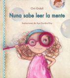 """""""Nuna sabe leer la mente"""" de ORIT GIDALI. A Nuna no le ha gustado que en el cole le digan que tiene piernas de flamenco. Por suerte, su mamá tiene la solución: unas gafas mágicas. A través de ellas, Nuna descubre que a veces, las personas no dicen lo que piensan o piensan lo que dicen. DE 3 A 6 AÑOS Signatura: A BIR"""