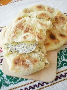 Placinte taranesti cu urda si marar   Bucataresele vesele Good Food, Yummy Food, Romanian Food, What To Cook, Bread Baking, Food To Make, Chicken Recipes, Bakery, Food And Drink