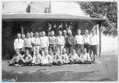 Klassefoto Giersing Realskole, 1912   Billedet er taget i 1912, hvor 23  drenge er opstillet til klassefoto.  Giersings Realskole for drenge havde  F.C.N.Vesterdal som ejer og skole-  bestyrer i næsten 40 år indtil 1933.   Under billedet er skrevet drengenes  fornavne.