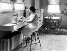 Kitchen Sink Anatomy of an Old-Fashioned Kitchen - Beautiful to look at, these kitchens were very different from today's modern eat-ins. 1930s Kitchen, Old Kitchen, Kitchen On A Budget, Kitchen Decor, Kitchen Ideas, Kitchen Designs, Kitchen Sinks, Kitchen Photos, Danish Kitchen