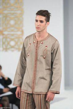 Tenu homme Arab Fashion, Muslim Fashion, Kaftan Men, Style Masculin, African Clothing For Men, Arab Men, Modest Wear, Mens Attire, Indian Wedding Outfits