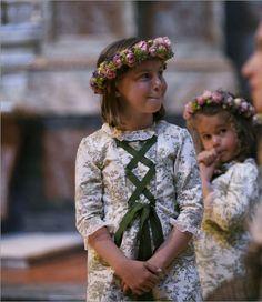 Corona de flores y vestido en blanco y verde para las niñas en la boda {Foto, Hugo de la Morena} #flowergirl #trajearras #pajes #trajesceremonia #spain
