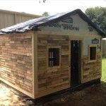 Pallet Plans DIY Pallet House, Barn and Playhouse Plans - If you are willing to install an instant outdoor residence with pallets then this DIY pallet shed or cabin will be a bigger help can speak more than thousand Pallet House Plans, Pallet Shed, Wood Shed, Pallets Garden, Wood Pallets, Pallet Barn, Outdoor Pallet, Recycled Pallets, Barn Wood