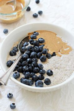 Super easy and healthy blueberry almond butter chia pudding! With dreamy vanilla… Sponsored Sponsored Super easy and healthy blueberry almond butter chia pudding! With dreamy vanilla and almond butter blended right into the base! Healthy Breakfast Recipes, Healthy Snacks, Healthy Blueberry Recipes, Vegan Gluten Free Breakfast, Healthy Rice, Vegan Blueberry, Healthy Breakfasts, Bolo Vegan, Gourmet Recipes