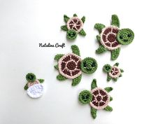 Crochet Turtle Appliques - Free and Easy patterns Free crochet pattern - Sea turtles Family Appliques - Tortues de mer How cute are these Sea turtles? They would be perfect for decorate a blanket! Crochet Turtle Pattern Free, Octopus Crochet Pattern, Crochet Patterns Amigurumi, Crochet Blanket Patterns, Crochet Bunting, Crochet Flowers, Free Pattern, Marque-pages Au Crochet, Baby Afghan Crochet