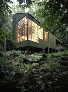 Forest House: A Small Summer Home within Dark Evergreens and Bright Woodland Forest House: Ein kleines Sommerhaus in Dark Evergreens und Bright Woodland Architektur Architecture Résidentielle, Amazing Architecture, Contemporary Architecture, Vernacular Architecture, Contemporary Homes, Sustainable Architecture, Forest House, Woodland House, Forest Cabin
