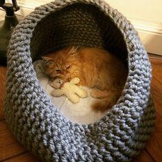 Katzenhöhle / Kuschelhöhle / Hundehöhle / Katzenhaus / Hundehaus / Katzenhöhle / Katzenbett / Hundebett g . Gato Crochet, Crochet Pet, Dog Cave, Cat House Diy, Diy Cat Tree, Cat Basket, Cat Crafts, Cat Furniture, Crochet Animals