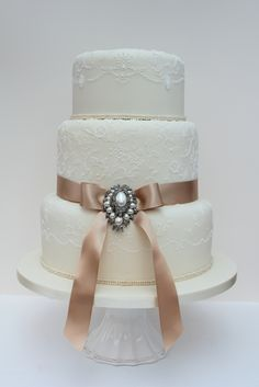 Another lovely detailed wedding cake~oooh this one is so gorgeous too <3 love love