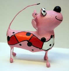 Hond Roze / Dog Pink Paper Mache Projects, Paper Mache Crafts, Paper Mache Sculpture, Dog Sculpture, Paper Installation, Cut Out Art, Paper Mache Animals, Guys And Dolls, Small Sculptures