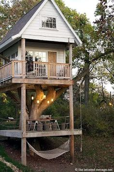 We bet you would want to stay overnight in this tree house too...