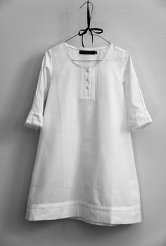 Style Graspeel: Beautiful white cotton dress with 3/4 lenght sleeves, finished with delicate lace  http://www.dromelot-nacht.nl/html/index.php?page_id=6&pid=18