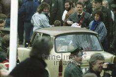 Grenzübergang am Potsdamer Platz, 1989 Winter/Timeline Images #1980er #1980s #80er #80s #Trabi #Trabant #DDR #Mauerfall #Maueröffnung #Grenzöffnung #Wiedervereinigung