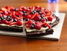 Gluten-Free Brownie and Berries Dessert Pizza Want to wow a chocolate-craving crowd? Make a sweet dessert pizza topped with a creamy layer and tart berries. Related posts: Brownie and Berries Dessert Pizza Butternut Squash Pizza Dessert Pizza, Bbq Dessert, Dessert Recipes, Raw Recipes, Fruit Dessert, Dessert Ideas, Dessert Healthy, Recipies, Pizza Recipes