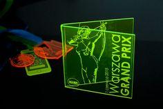 Trofeum z pleksi  fluorescencyjnej, giętej w kolorze seledynowym – które po odpowiednio długim naświetleniu emituje światło.