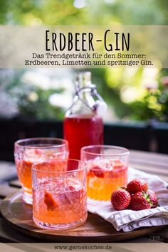 Erdbeeren-Limetten-Gin Strawberry gin with lime: our trend drink for the summer and made easy. Gin is currently on everyone's lips and with strawberries and limes it tastes wonderful. Sparkling and tingling – perfect for summer evenings as a sundowner. Fruity Drinks, Non Alcoholic Drinks, Summer Drinks, Summer Desserts, Strawberry Gin, Strawberry Recipes, Tonic Cocktails, Le Gin, Snacks Sains