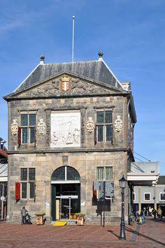 Gouda (Zuid-Holland) - Waag #gouda #waaggebouw #dagjeuit #dagjeweg #puzzeltochtonline #belduna Gouda, Holland, Mansions, House Styles, The Nederlands, Villas, The Netherlands, Netherlands, Palaces
