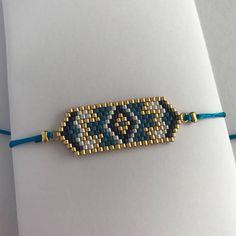 Le bracelet EMMA est un tissage de perles à l'aiguille nécessitant plusieurs heures de travail, le tout relier par un cordon de soie fermé par un nœud coulissant et sadaptant ainsi à toutes les tailles de poignet. Fin et délicat, ce bracelet apportera une touche à la fois ethnique et