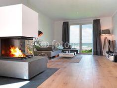 Modernes Wohnzimmer mit Kamin und Meerblick