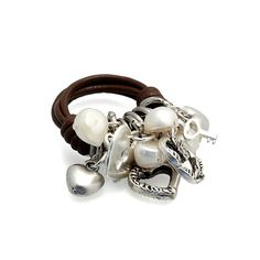 Anillo Dijes Marrón | Anillo de cuero con perlas y varios dijes en forma de corazones y llaves de metal colgando de MAR BCN