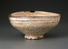 粉引酢次茶碗 銘 呉竹 こひきすつぎちゃわん めい くれたけ 陶器/一口 朝鮮(李朝)時代・15~16世紀 高7.8cm 口径16.4cm 底径6.1cm 重378.2g 五島美術館蔵 片口(かたくち)の食器を茶碗に転用したもの。「粉引」(別名「粉吹」こふき)とは、鉄分の強い黒い土のため、化粧掛けした白泥釉が粉を吹いたように見えるところからの名称。「酢次」とは、本来の用途「酢を次ぐ容器」の意味。内箱蓋(表)の金泥字「呉竹」は、近代の数寄者益田鈍翁(どんのう 1848~1938)の筆。