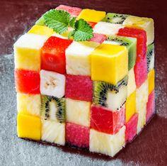 Esta receta del cubo de frutas es una idea sencilla para servir las frutas de una forma original, y una forma divertida de presentar la fruta a los peques.