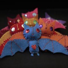 lovely felt bat brooches by sweatergirl Felt Diy, Felt Crafts, Fabric Crafts, Diy Crafts, Handmade Felt, Halloween Crafts, Happy Halloween, Halloween Decorations, Bat Craft