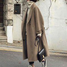 服装のパターン:ゆったり 着丈:ロング丈 袖丈:長袖 袖タイプ:シンプル 襟型:スタンドカラー 前立て:ダブルボタンタイプ 取り外し可能な首輪:いいえ ベルト付き:はい ストレッチ:ストレッチなし プリント:無地 スタイル:優雅 季節:着回し Korean Outfits, Mode Outfits, Winter Outfits, Winter Clothes, Mode Ootd, Mode Hijab, Korean Fashion Winter, Autumn Fashion, Look Girl