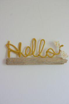 """Mot """"Hello"""" réalisé à la main au tricotin - coloris Moutarde"""