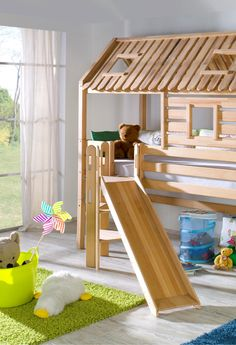 Hochbett Tom's Hütte, 90 x 200 Ein Traum aller Kinder ist das Spielbett. Die Leiter mit der Rutsche kann rechts oder links montiert werden. Die Rutsche kann nach rechts oder links verlaufen. Zusätzlich hat die Leiter Grifflöcher, an denen man sich prima festhalten kann. Der tolle Dachaufbau wird auf die Bettpfosten montiert. Vorne und seitlich haben die Seitenwände jeweils ein Fenster.