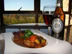 Guisado de Filé Mignon ao Dunkel do Aguativa Golf Resort Guisado, Sausage, Pork, Meat, Chicken, Ethnic Recipes, Carrot, Sauces, Ribs