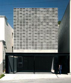 House / S-AR stacion-ARquitectura / Monterrey, Nuevo Leon, Mexico Brick Architecture, School Architecture, Architecture Photo, Residential Architecture, Cladding Design, Facade Design, Exterior Design, Building Skin, Casa Patio