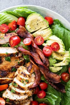 Grilled chicken BLT salad – Simply Delicious Perfectly crispy, oven cooked bacon makes this BLT salad a guaranteed hit topped with grilled chicken and creamy avocado. Clean Eating Snacks, Healthy Eating, Healthy Food, Cheap Healthy Snacks, Clean Eating Chicken, Healthy Cooking, Healthy Meals, Oven Cooked Bacon, Chicken Blt