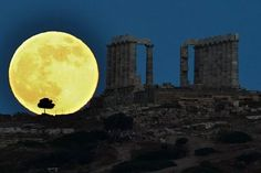 世界各地で6月23日、「スーパームーン」が観測された。スーパームーンは、年間で月が地球に最も近づく近地点で迎える満月のことで、地球との距離は約35万7000キロメートルまで近づく。米航空宇宙局(NASA)によると、月は普段よりも14%大きく、30%明るく見える。 写真は、ギリシャ・アテネから約65キロメートル南方のポセイドン神殿のそばに輝くスーパームーン。
