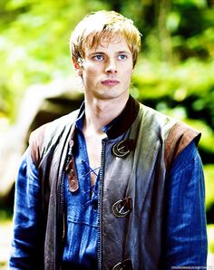 Bradley James is a British actor best known for portraying Arthur Pendragon in the BBC TV series Merlin Merlin Tv Series, Merlin Cast, Bbc Tv Series, Best Series, Rei Arthur, Merlin And Arthur, James Arthur, Arthur Dayne, Bradley James