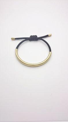 Bracelet corde noir et tube laiton doré ajustable//Bracelet tube doré et corde noir minimaliste hypoallergénique et ajustable//Bracelet tube de la boutique ArtyAri sur Etsy
