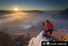 Aj takto vznikajú čarovné zábery krásneho Slovenska  #praveslovenske od @jozef_sadecky  NA STRATENYCH VEZACH -MALY MANIN #slovensko #slovakia #landscape #mountains #sulov #sunset #winter #hiking #snow #rocks #inversion #photographer #nature