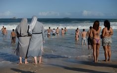 27/7 - Freiras aproveitam a praia durante a Jornada Mundial da Juventude
