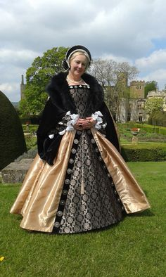 I am passionate about the Tudor Period. I create Tudor court gowns for all your Tudoring needs!- Parties, Re-enactments, Weddings, film & t. or just a stroll in the garden. Renaissance Fair Costume, Renaissance Wedding, Renaissance Costume, Renaissance Dresses, Medieval Costume, Renaissance Fashion, Tudor Fashion, French Fashion, Historical Costume