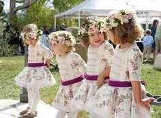 corona de flores secas en los tonos del vestido, un aire romántico y vintage,
