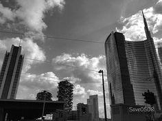 Un bw nella moderna Milano! #milano #vivomilano #milanodavedere #igmilano #love_milano #loves_united_milano #volgolombardia #top_lombardia_photo #lombardia_super_pics #bw #bnw_diamond #bnw_captures #milano_in #milanodaclick #milanocityufficiale #lombardia #italia #italy #grattacieli #unicredittower #nuvole #cielo #boscoverticale #boscoverticalemilano #milanosiamonoi by save0508