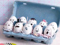 Eierköpfe | Familie Eier :-)  Das braucht man für die Ostereier:  10 Eier, wasserfesten Filzstift in Schwarz, Eierkarton  Und so geht's:  1. Eier ausblasen und ausspülen.  2. Mit einem wasserfesten schwarzen Filzstift Gesichter aufmalen.  3. Die Ostereier in einem Eierkarton drapieren.