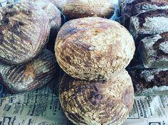 Prova gärna vårt nyttiga surdegsbröd på råg och långjäst. Gottbröd#torslanda #gottbröd #nybakat #sockermajas