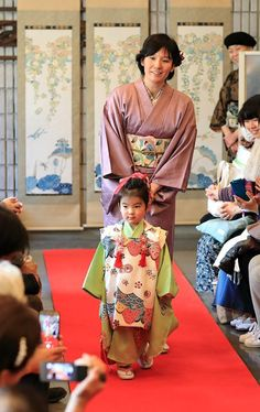 Défilé de kimono teints par Kayoko Yamamoto, maître artisan de teinture Bingata à l'atelier Okame Kōbō à Nakai, Tokyo