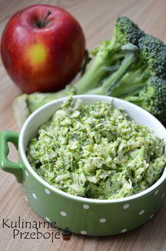 Surówka z brokuła i jabłka. Surówka z surowego brokuła. Surówka do obiadu z brokuła. Surówka z jabłka i surowego brokuła.