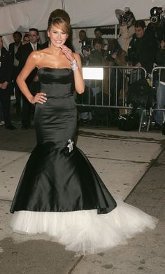 Melania Trump in black and white in 2005 - The Best Met Gala Dresses of All Time Melania Knauss Trump, Gala Dresses, Wedding Dresses, Milania Trump Style, Donald Trump Daughter, First Lady Melania Trump, Glamour, Beautiful Gowns, Mannequin