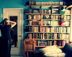 Este quarto tem prateleiras maravilhosamente simples.   17 ambientes lindos para almas que amam os livros
